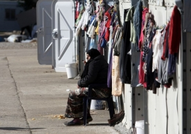 A woman smokes a cigarette at a refugee camp in Thessaloniki (AFP Photo/SAKIS MITROLIDIS)